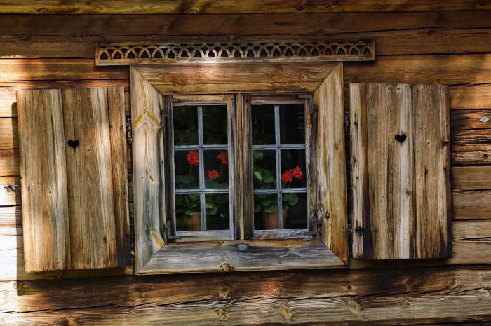 drewniany dom zdrewnianymi okiennicami