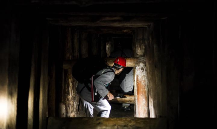 Τουρίστες στην διαδρομή των ανθρακορύχων στο αλατωρυχείο Βιελίτσκα